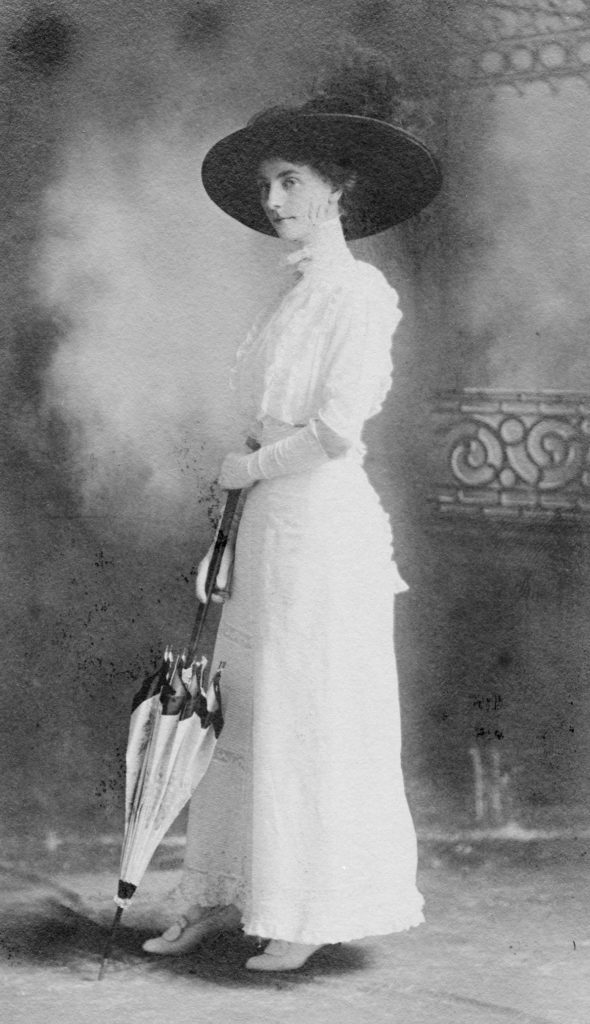 Elizabeth MacAtee Poulton of Front Royal, circa 1908.